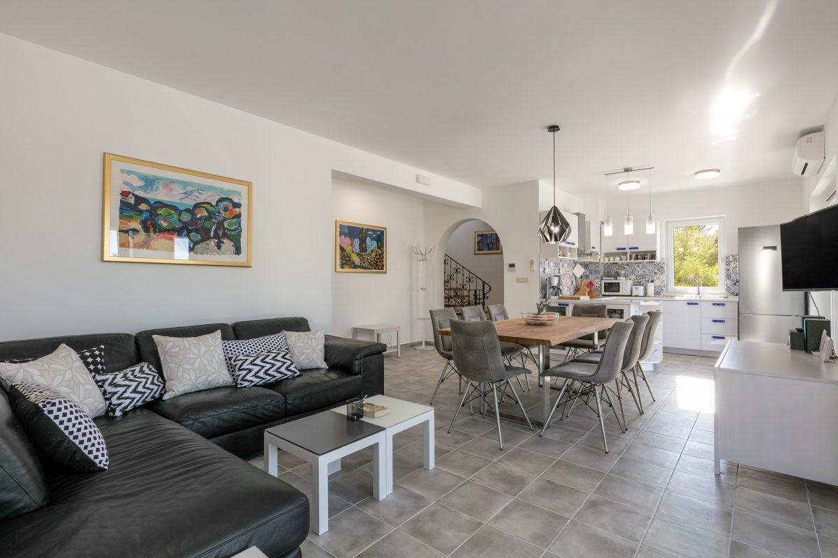 Stylish living and dining room in the Villa Makarac
