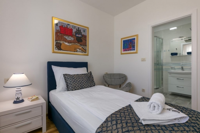 Single bedded room with the private bathroom in the Villa Makarac