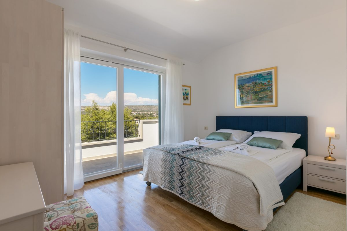 Double bedded room with glass sliding door and exit to the balcony in the Villa Makarac