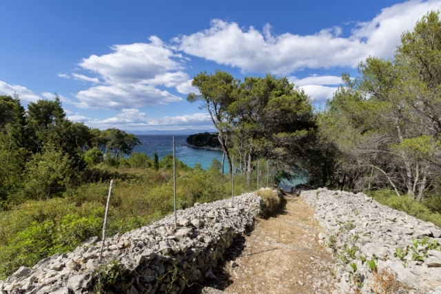 Private country road from the Villa Makarac to the beach