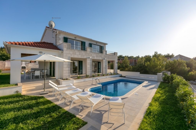 Villa Makarac with private swimming pool and garden for renting on the island of Brac