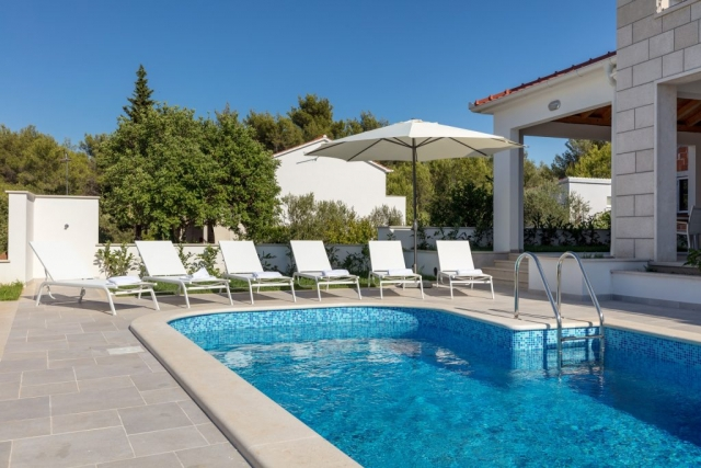 Private swimming pool and sunbeds in front of the Villa Makarac